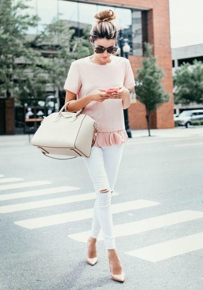 Белые брюки с блузой в пастельном оттенке