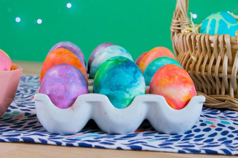 Очищаем яйца от пены и радуемся яркому рисунку.